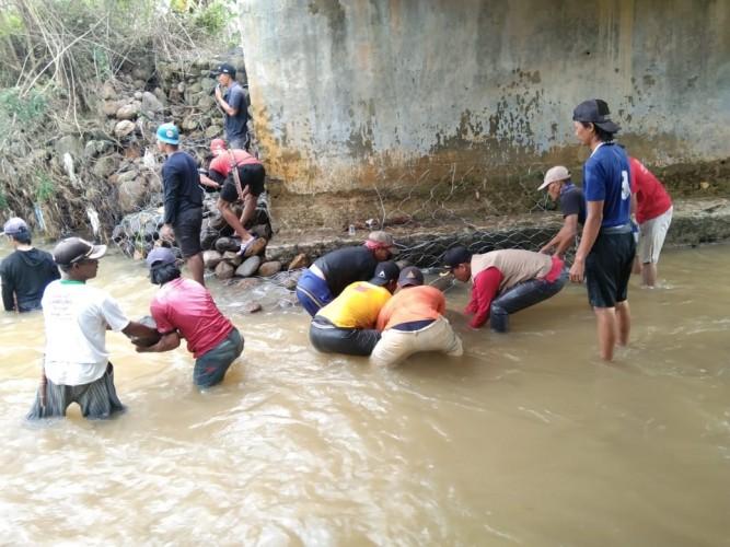 Warga Ringinjaya Lambar Gotong Royong Perbaiki Jembatan