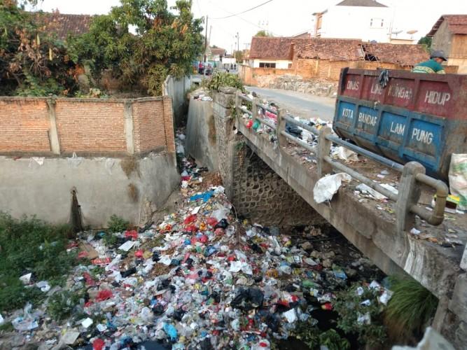 Warga Sawah Brebes Keluhkan Sampah Meluber