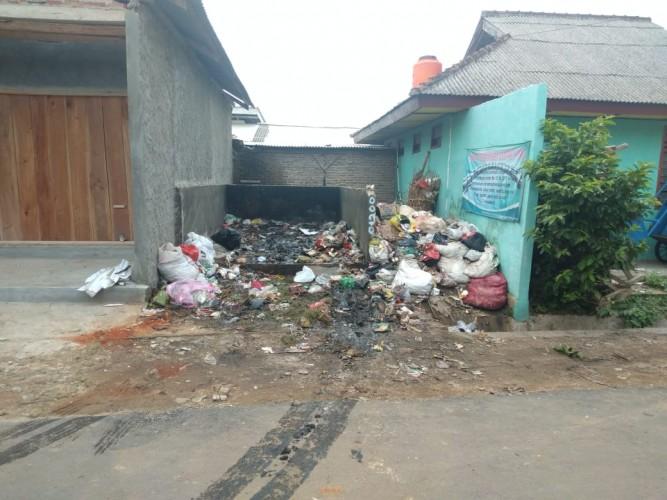 Warga Sekitar Pasar Sukoharjo Keluhkan Tumpukan Sampah Yang Membusuk