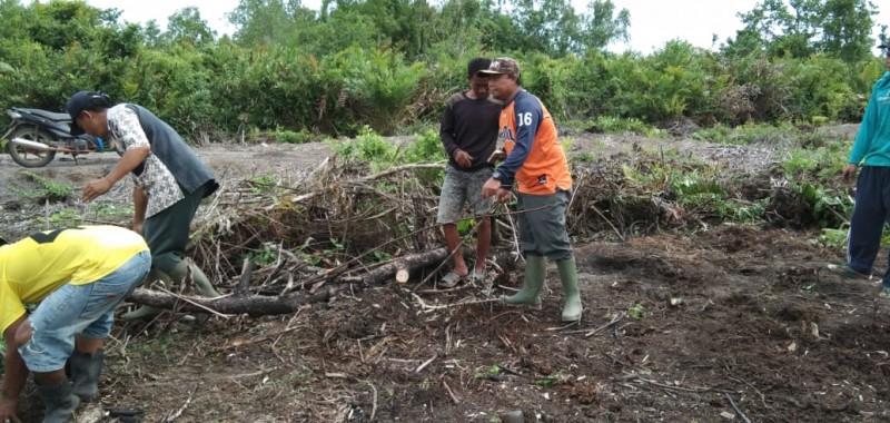 Warga Sidang Muarajaya Gotong Royong Bangun Tempat Pemakaman Umum