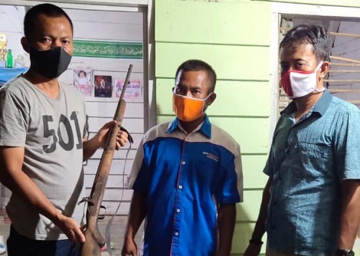 Warga Sidomulyo Serahkan Senjata Api ke Polsek Penawartama