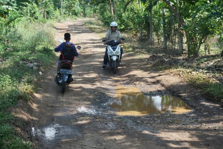 Warga Sidomulyo Sesalkan Pemerintah Yang Urung Memperbaiki Jalan
