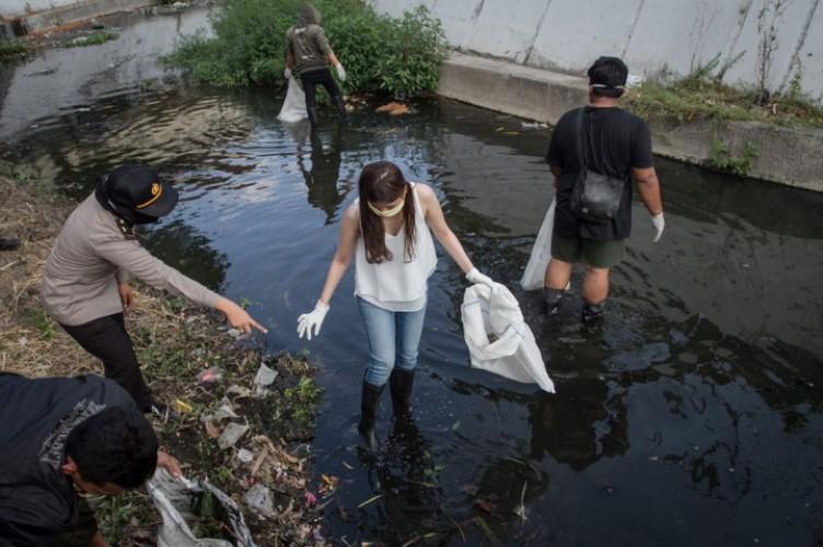 Warga Solo Tak Pakai Masker Dihukum Bersihkan Sungai