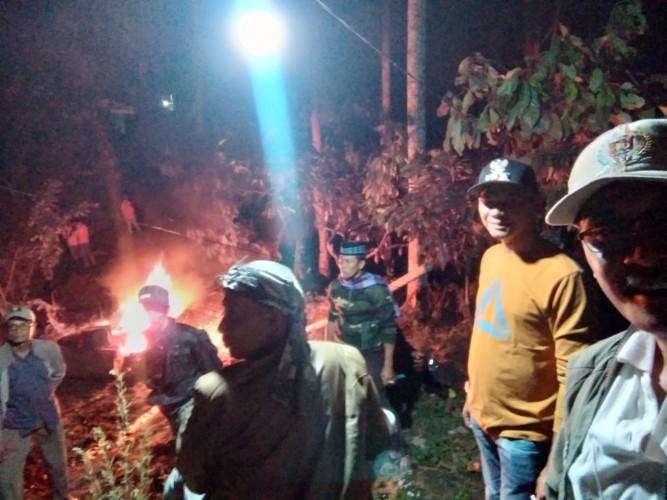 Warga Suoh Blokade Gajah, Satu Petugas Terjebak di Atas Pohon