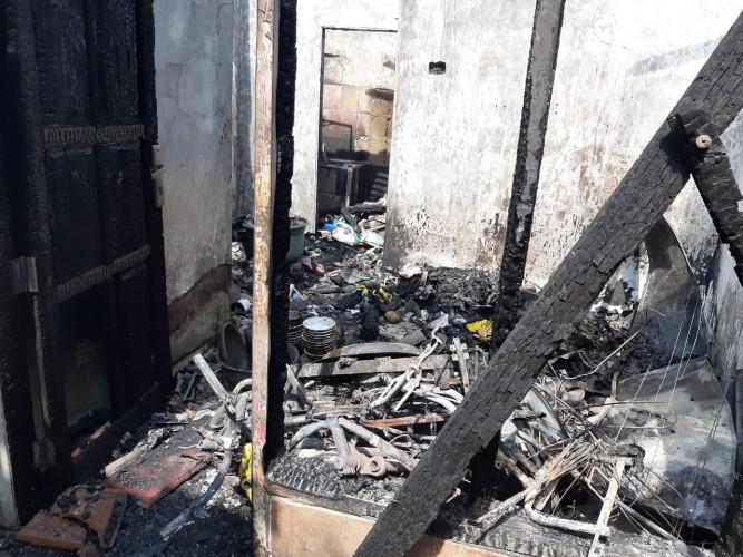 Warga Tamin Bersihkan Puing-puing Sisa Kebakaran