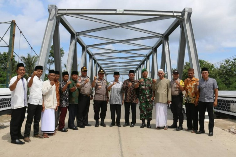 Warga Tanjunganom Tasyakuran Jembatan Way Tebu II