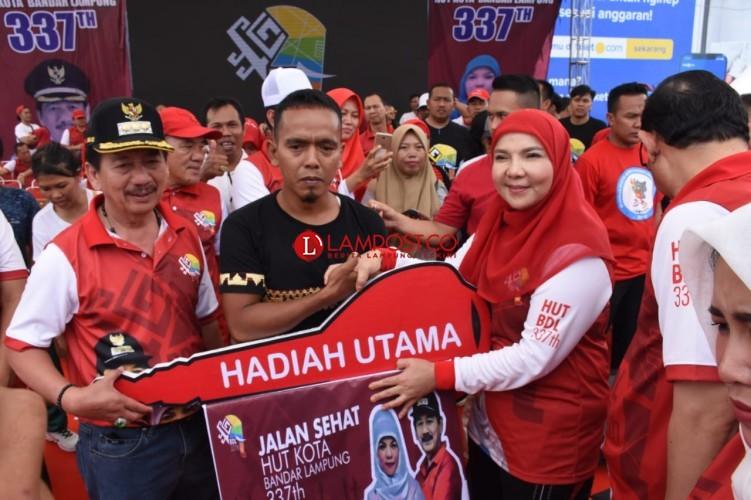 Warga Tanjungsenang Tak Menyangka Menangkan Hadiah Mobil Jalan Sehat HUT Bandar Lampung