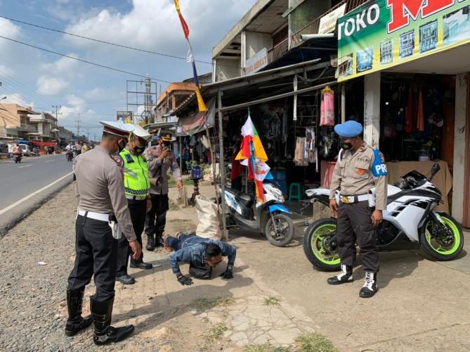 Warga Tanpa Masker di Pasar Baradatu Dihukum <i>Push-up</i>