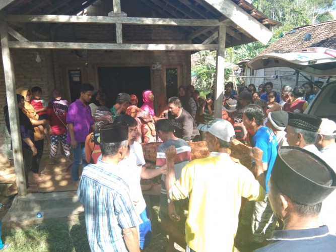 Warga Temukan Jasad Korban Banjir di Way Tenumbang