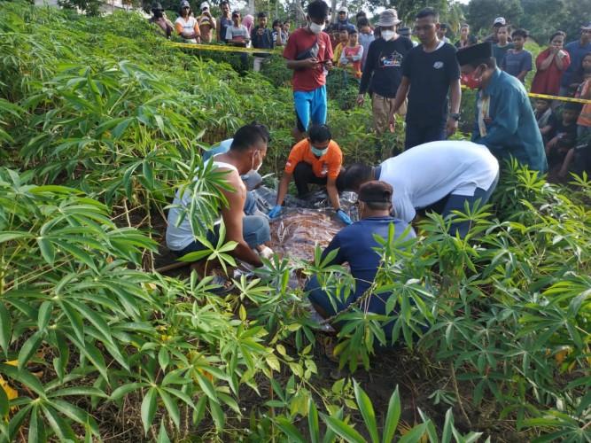Warga Temukan Mayat Nenek Membusuk di Kebun Singkong