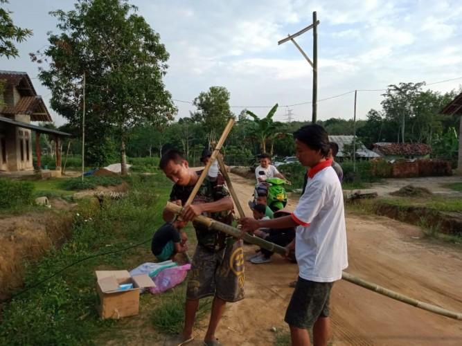 Warga Tirta Makmur Pasang Lampu Jalan Secara Swadaya