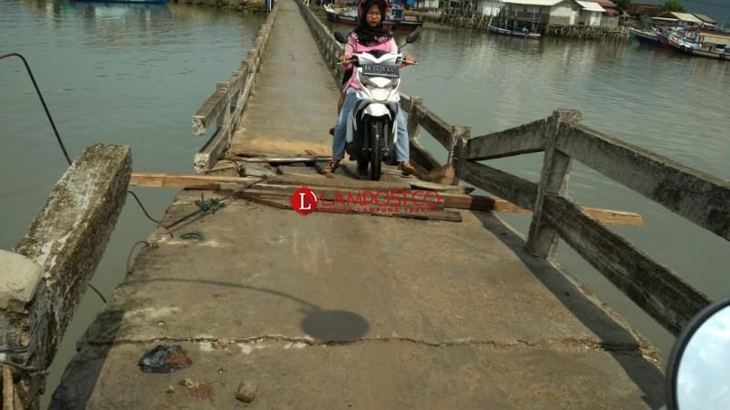 Warga Urunan Perbaiki Jembatan Pulau Pasaran
