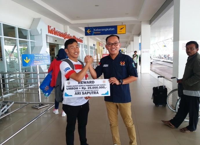 Way Kanan Bagikan Bonus Umrah dan Uang Saku untuk Atlet Karateka