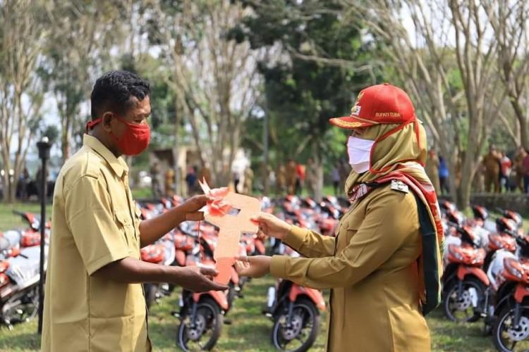 Winarti Serahkan 147 Kendaraan Operasional untuk 147 Kampung
