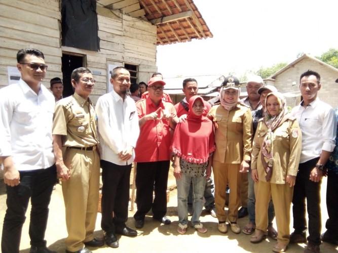 Winarti serahkan bantuan kepada 560 kepala keluarga untuk bedah rumah.