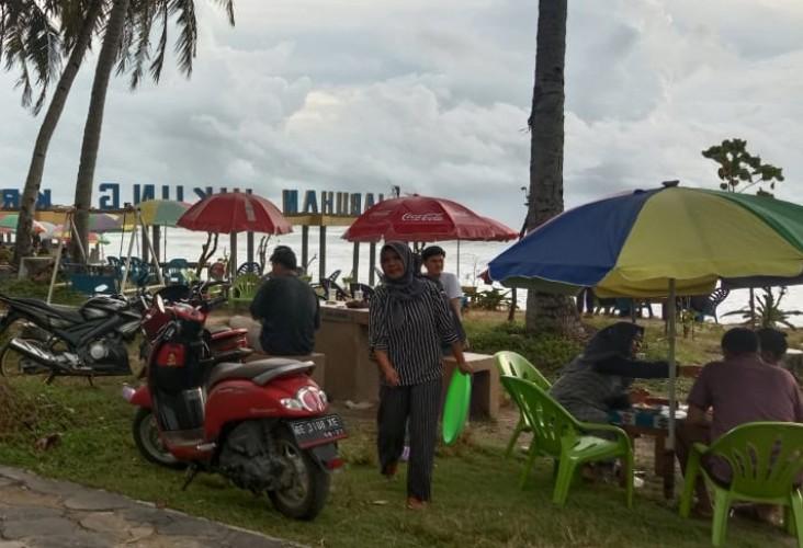 Wisata Pantai Pesisir Barat Ramai Pengunjung di Tengah Pandemi