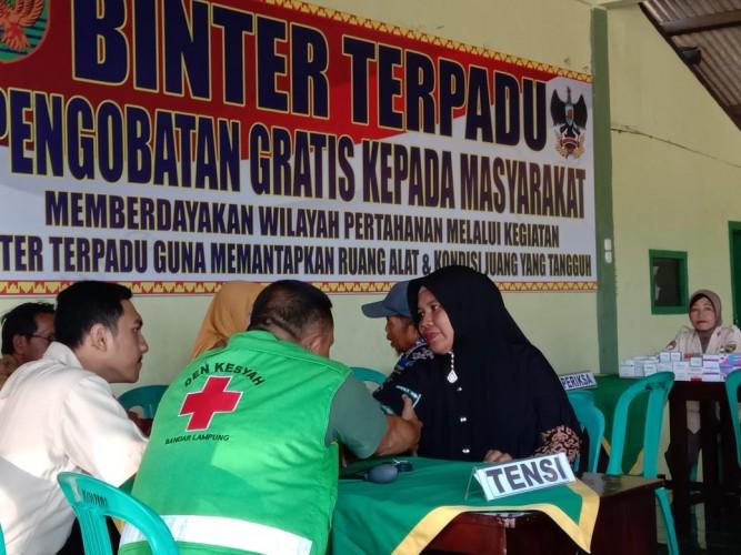 Wujudkan Kemanunggalan TNI, Kodim 0421 Lamsel Bantu Warga